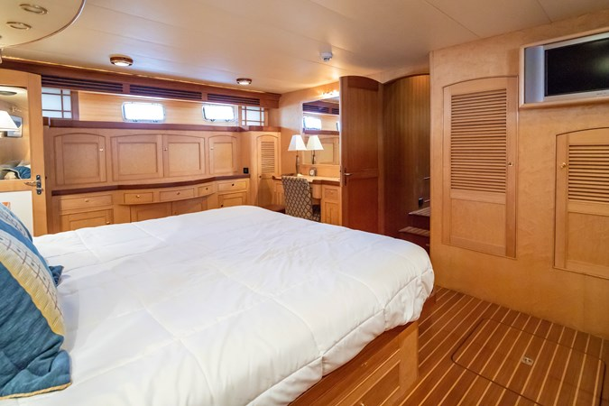 Master Looking to Port 2005 MARLOW Explorer 78E Motor Yacht 2765389