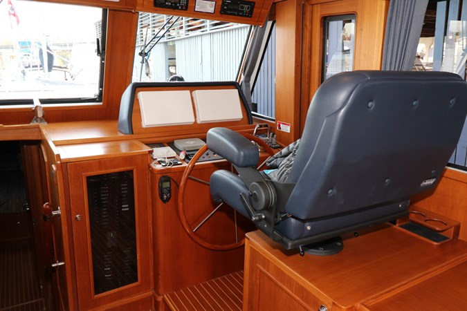Lower Helm Station 2008 GRAND BANKS Europa Trawler 2768903