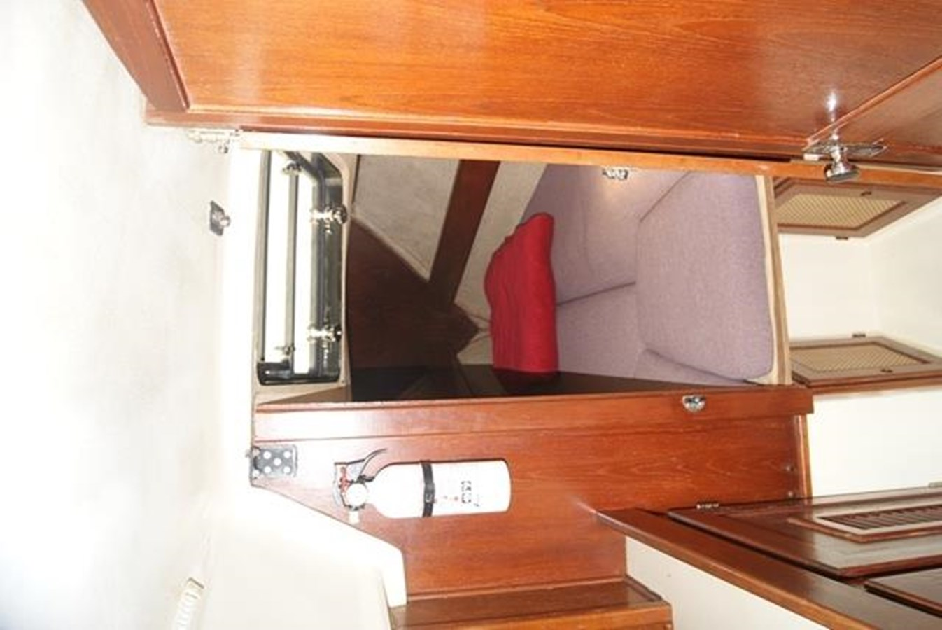 211 V Berth Entrance 1982 SAN JUAN 34 Sloop 2770475