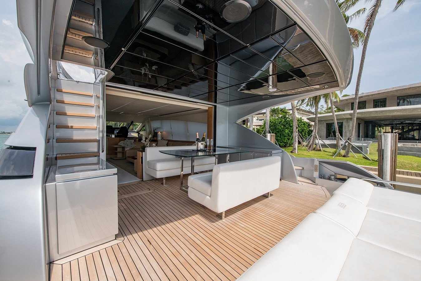 Incognito_Aft deck9 2012 PERSHING  Motor Yacht 2810231