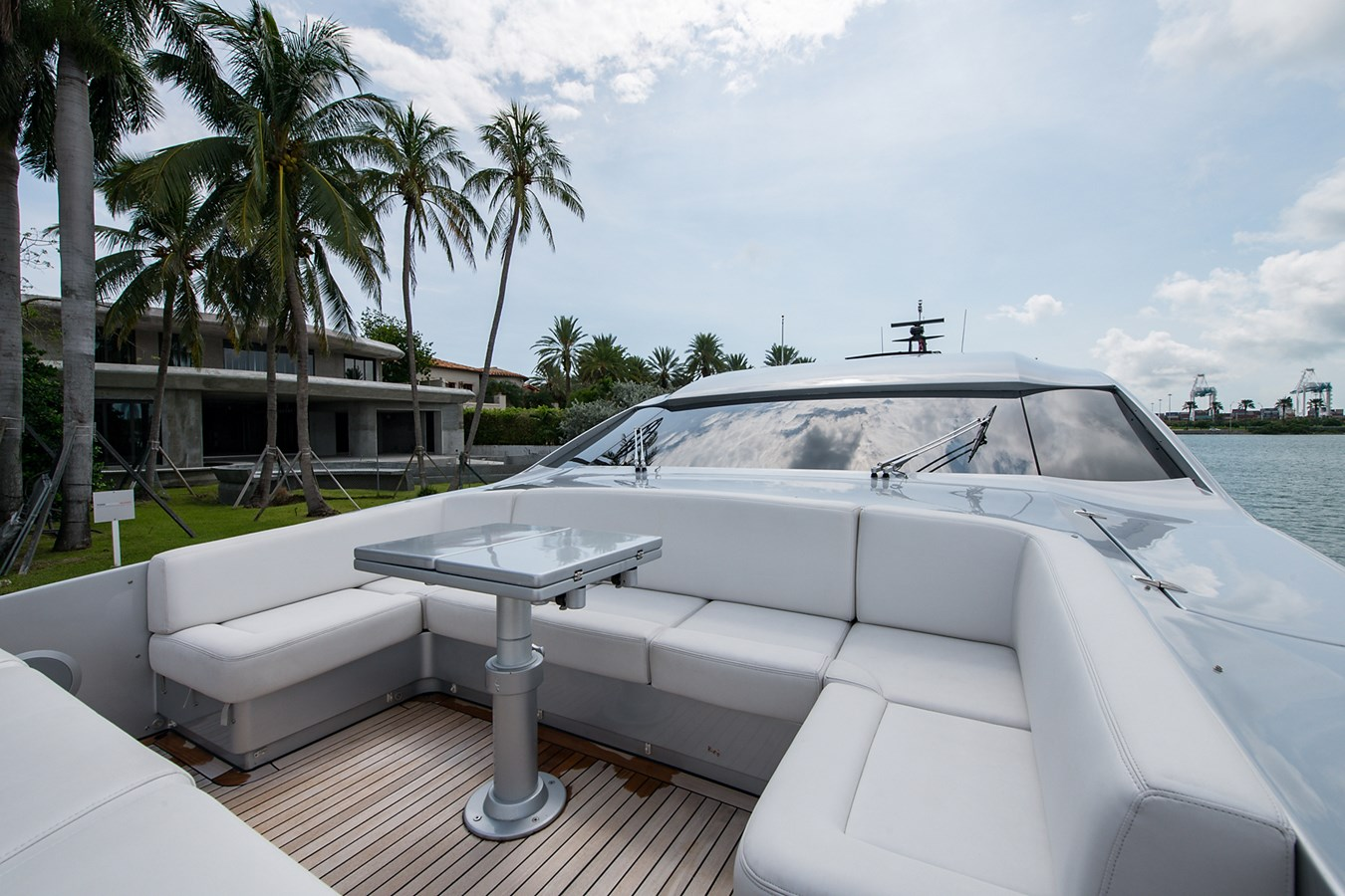 Incognito_Bow8 2012 PERSHING  Motor Yacht 2810294