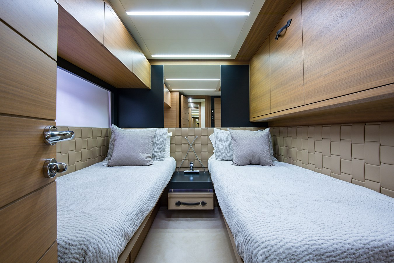 Incognito_Starboard Guest Stateroom4 2012 PERSHING  Motor Yacht 2810405