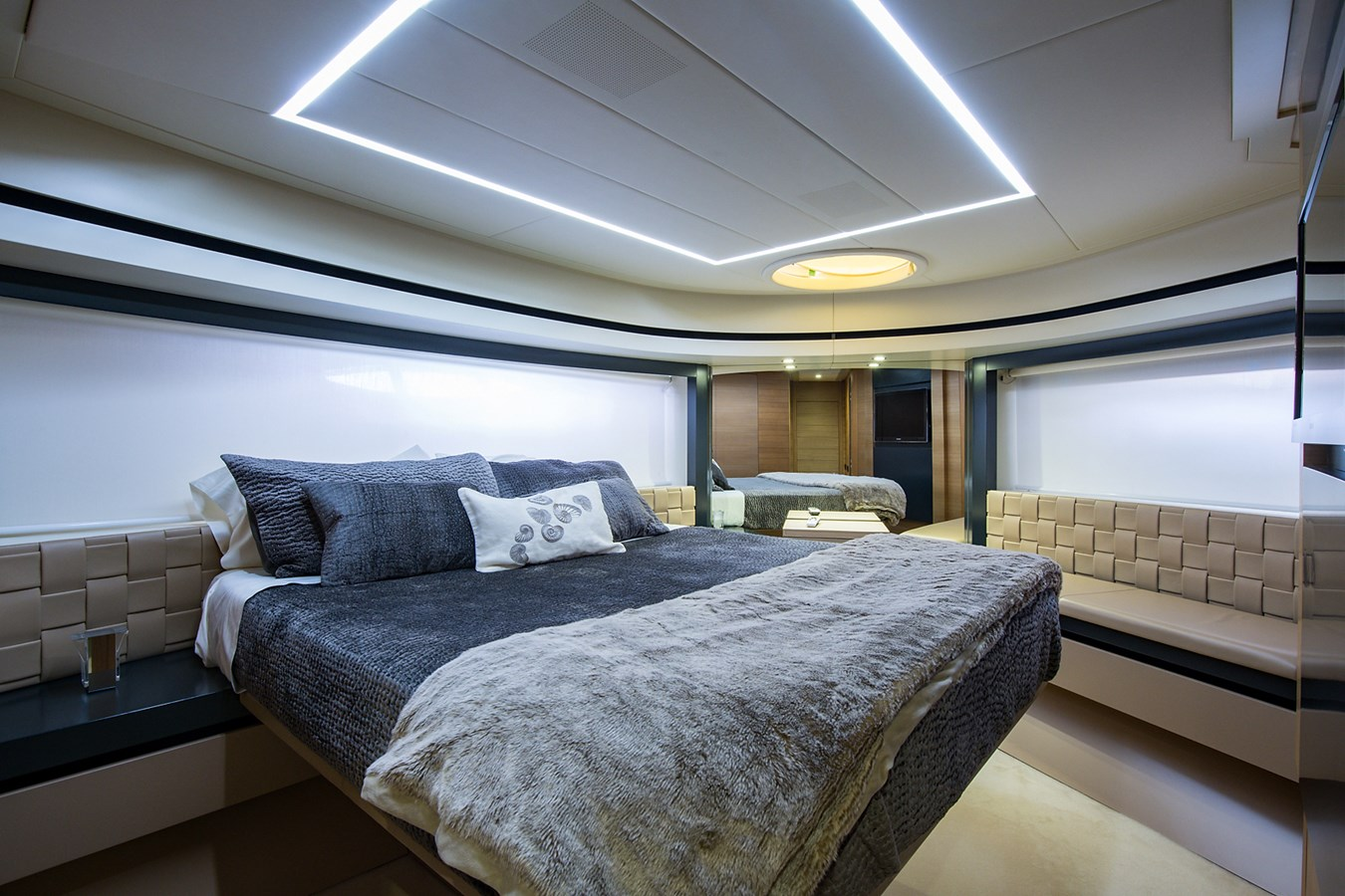 Incognito_VIP Stateroom1 2012 PERSHING  Motor Yacht 2810416