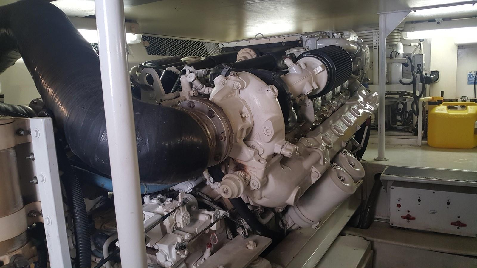 Engine Room Port 2000 VIKING  Sport Fisherman 2846847