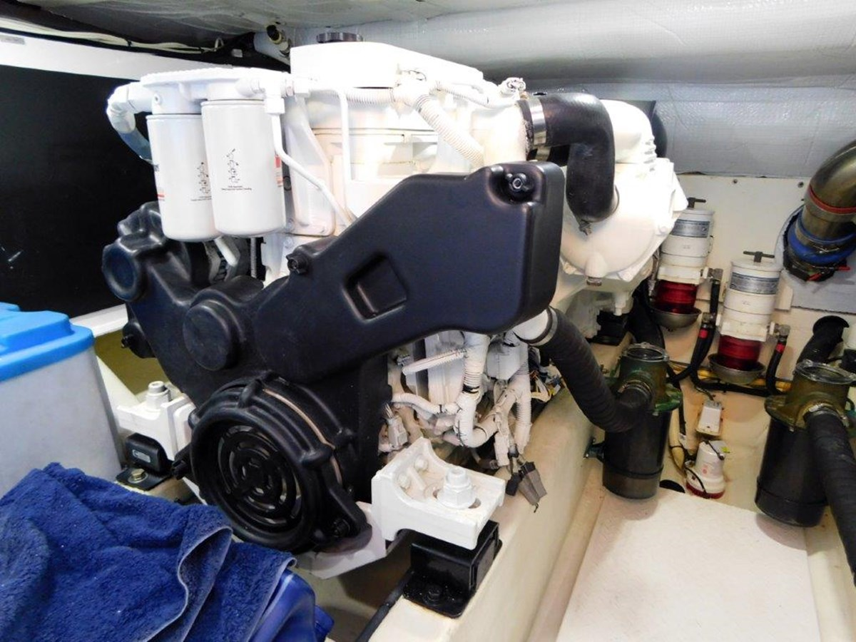 Port Engine 2014 SABRE YACHTS 42 Salon Express Motor Yacht 2853495