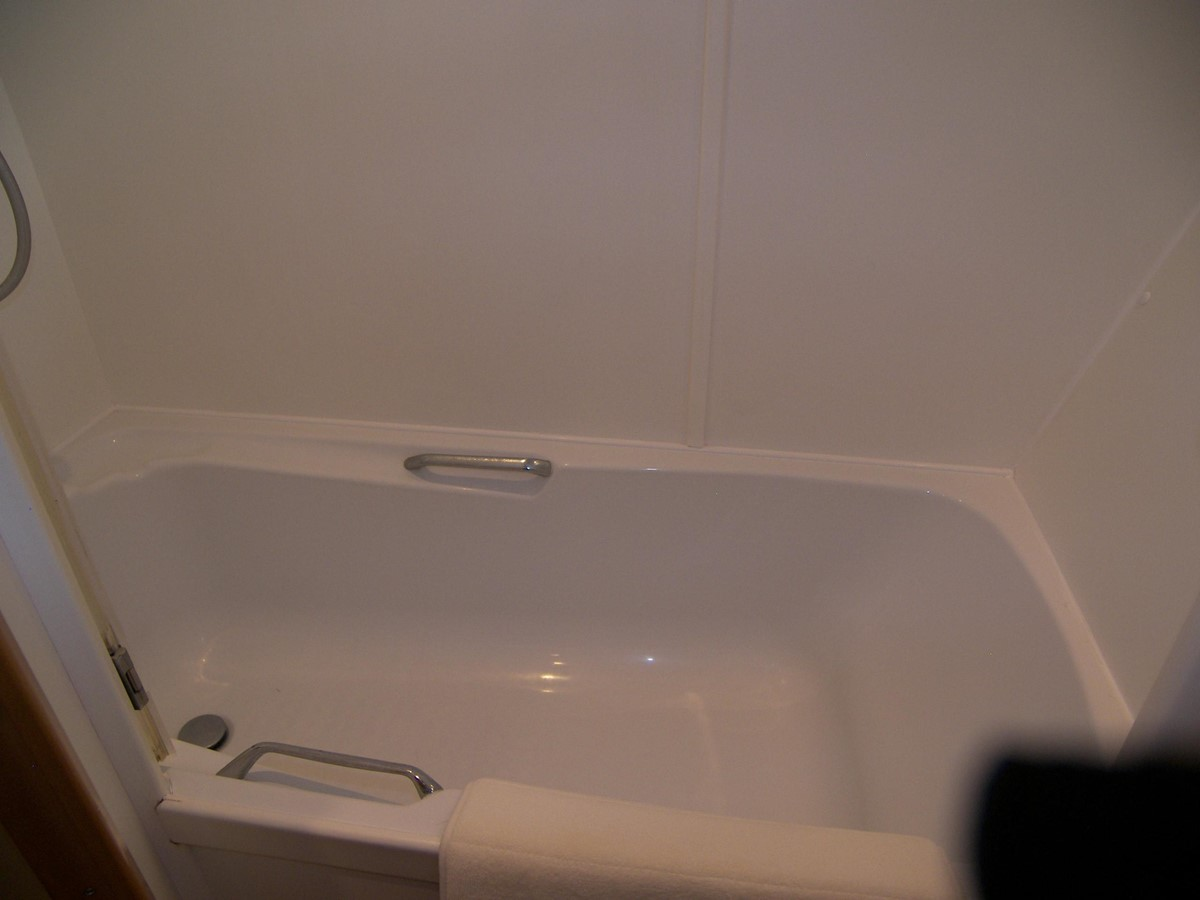 Master Ensuite Tub & Shower 2001 VIKING SPORT CRUISERS 68 Motor Yacht  2862892
