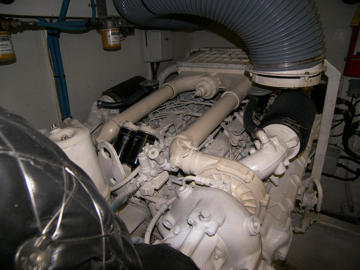 Port Engine 2001 VIKING SPORT CRUISERS 68 Motor Yacht  2862916