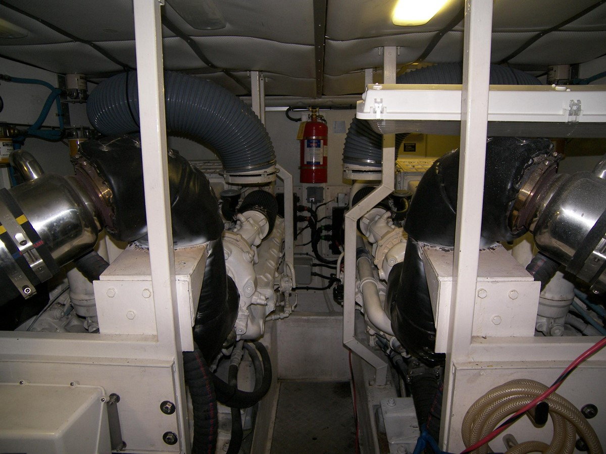 Engine Room 2001 VIKING SPORT CRUISERS 68 Motor Yacht  2862920