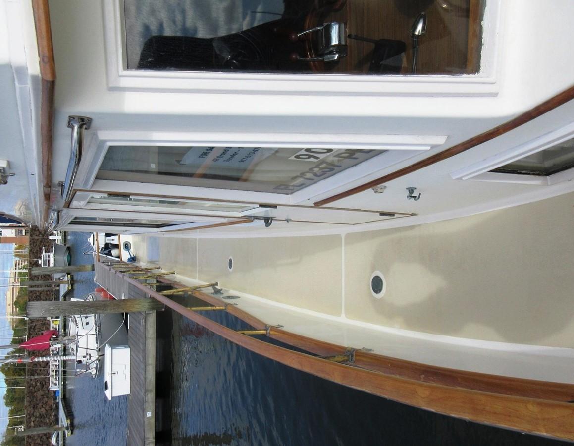 Side decks, starboard side aft 1980 GRAND BANKS 42 Classic Trawler 2865698