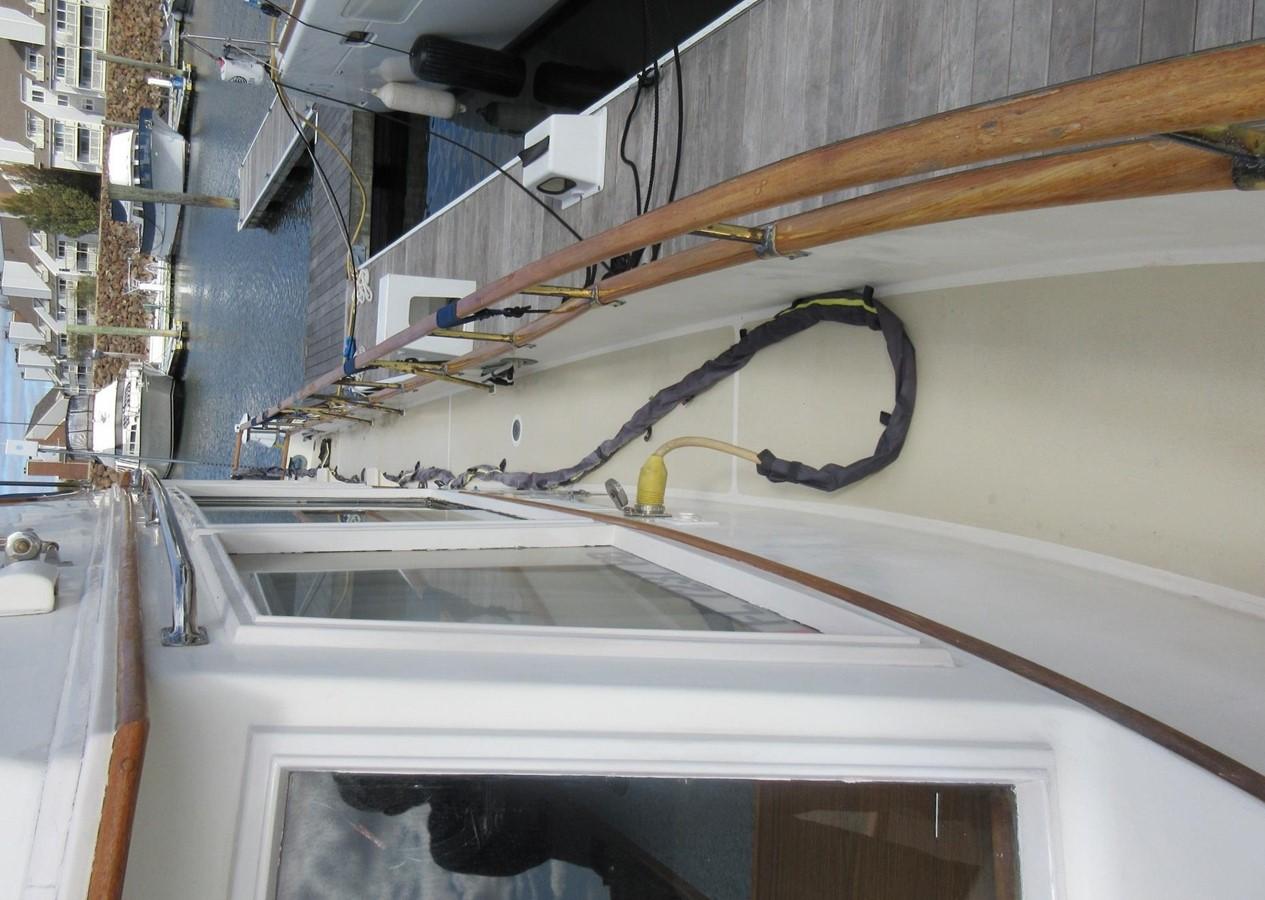 Side decks, port aft 1980 GRAND BANKS 42 Classic Trawler 2865751