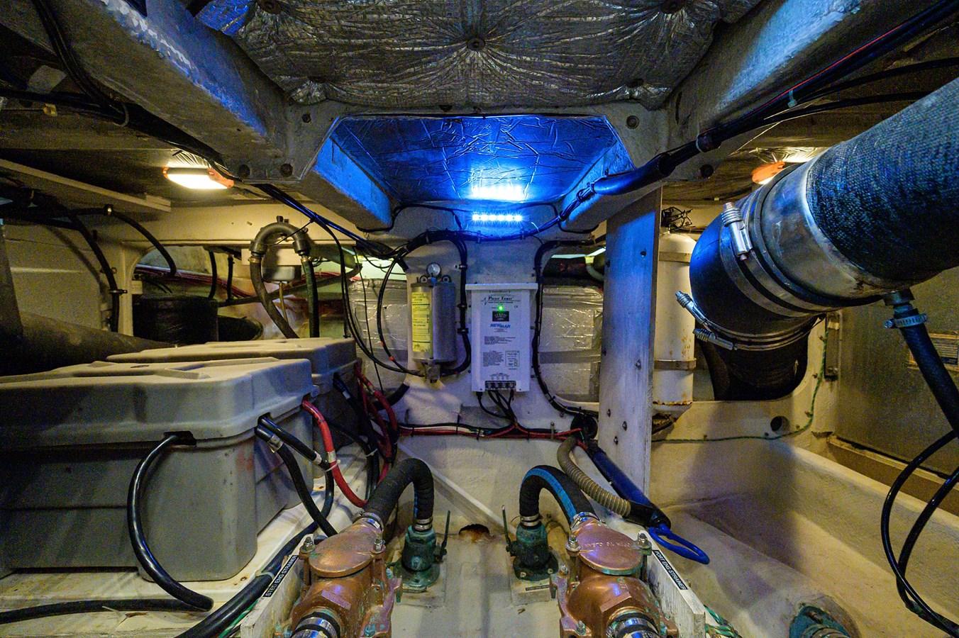 Engine Room 1999 MAXUM 4600 SCB  Cruiser 2885009