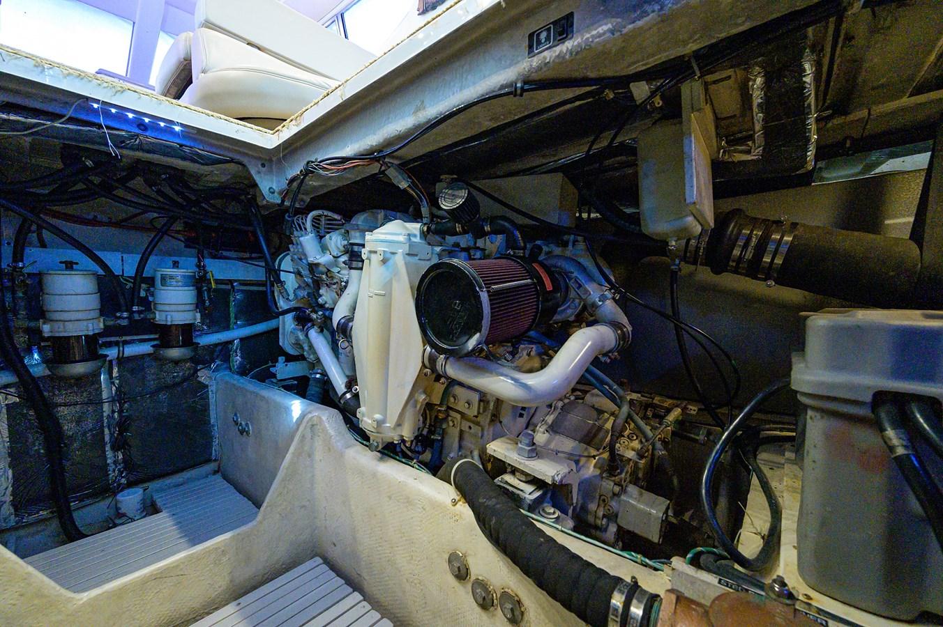 Engine Room 1999 MAXUM 4600 SCB  Cruiser 2885011