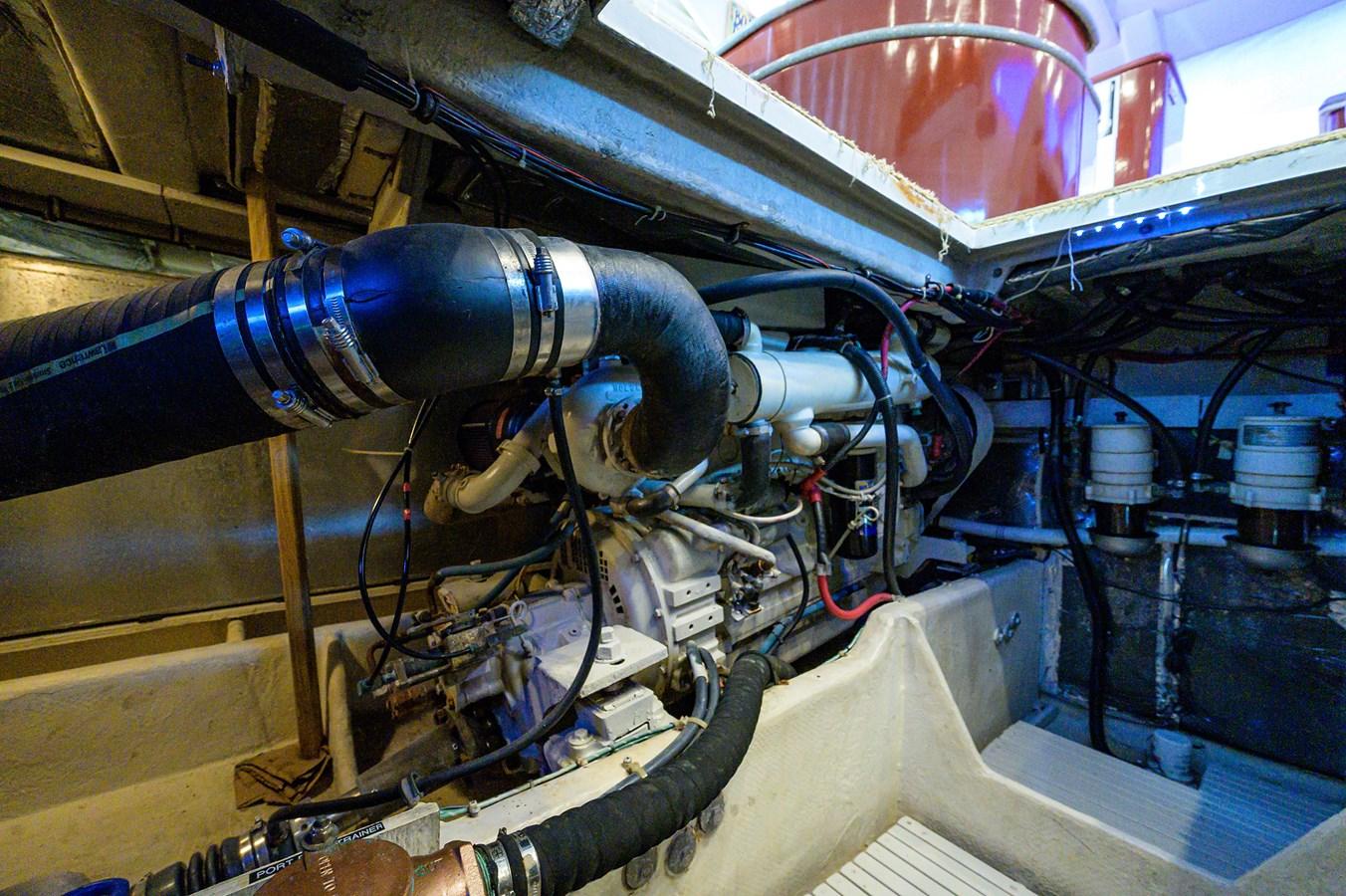 Engine Room 1999 MAXUM 4600 SCB  Cruiser 2885012