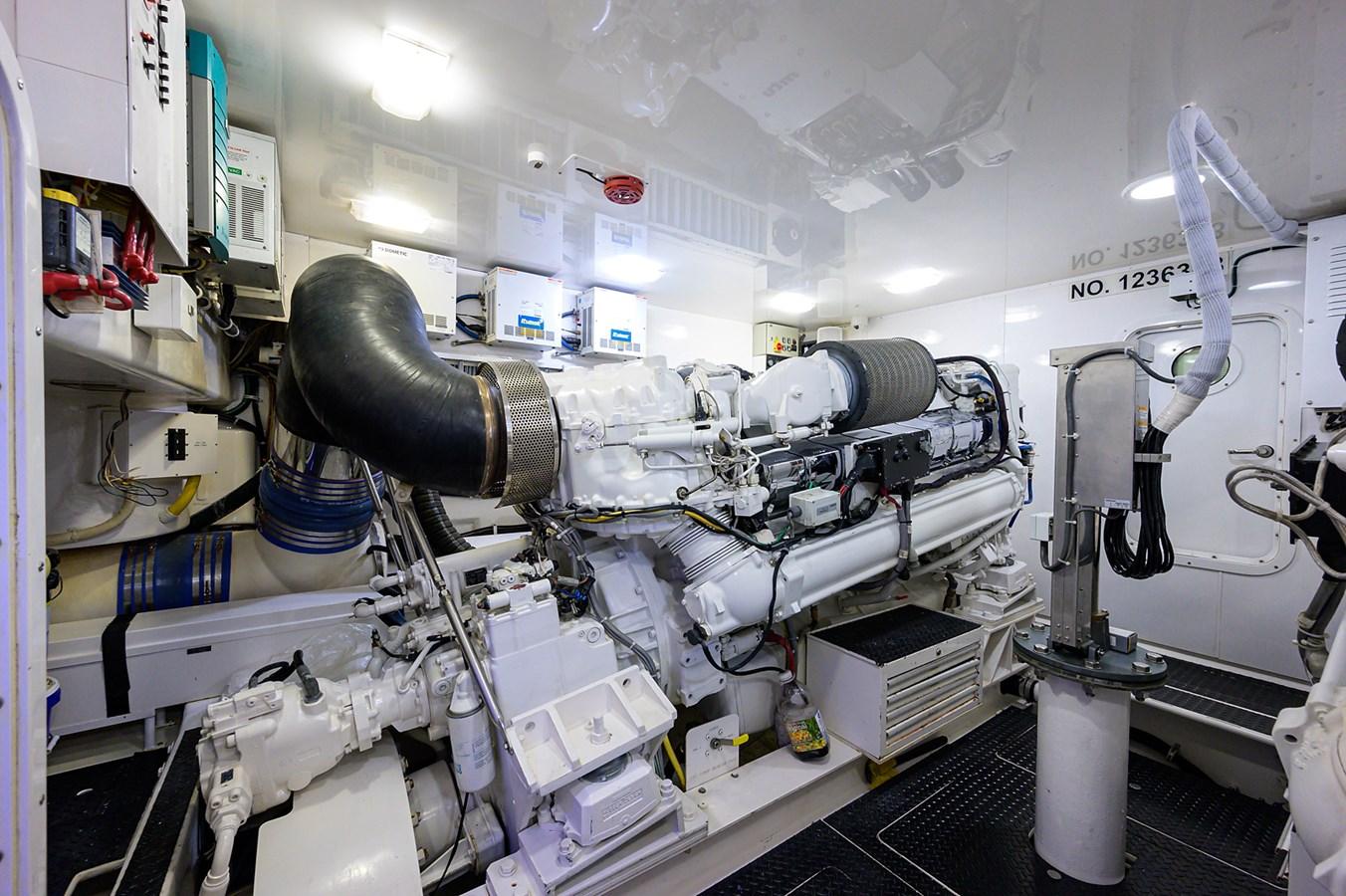 Engine Room 2010 VIKING Sportfish with Seakeeper Sport Fisherman 2899001