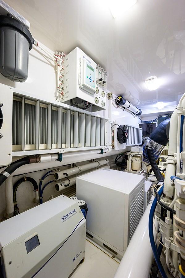 Engine Room 2010 VIKING Sportfish with Seakeeper Sport Fisherman 2899004