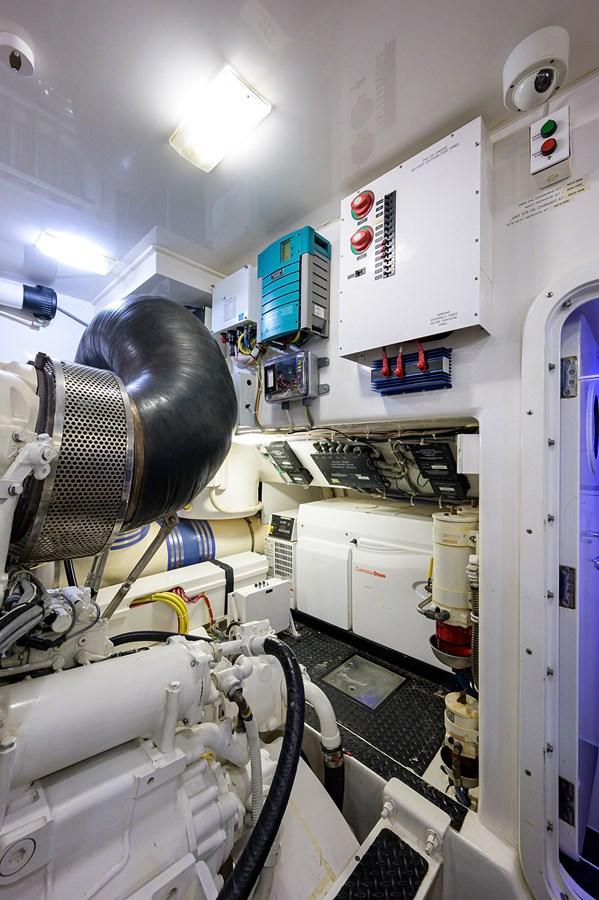 Engine Room 2010 VIKING Sportfish with Seakeeper Sport Fisherman 2899008