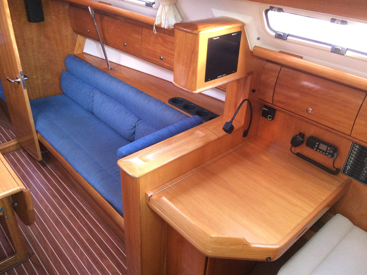 Starboard settee 2005 BAVARIA  Cruising Sailboat 2910635