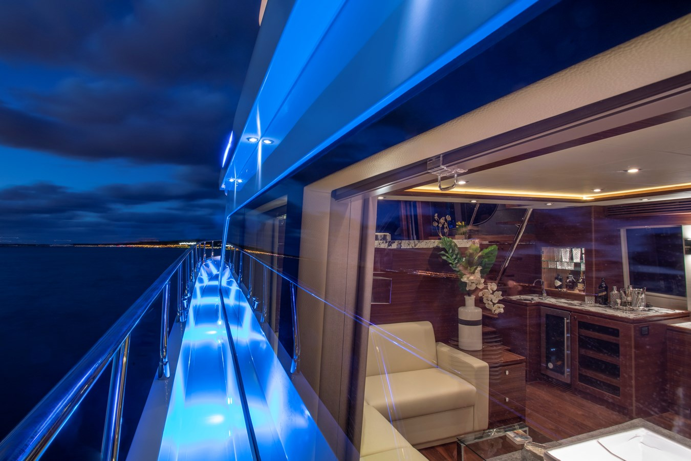 Port sidedeck evening 2020 REGENCY  Motor Yacht 2912708