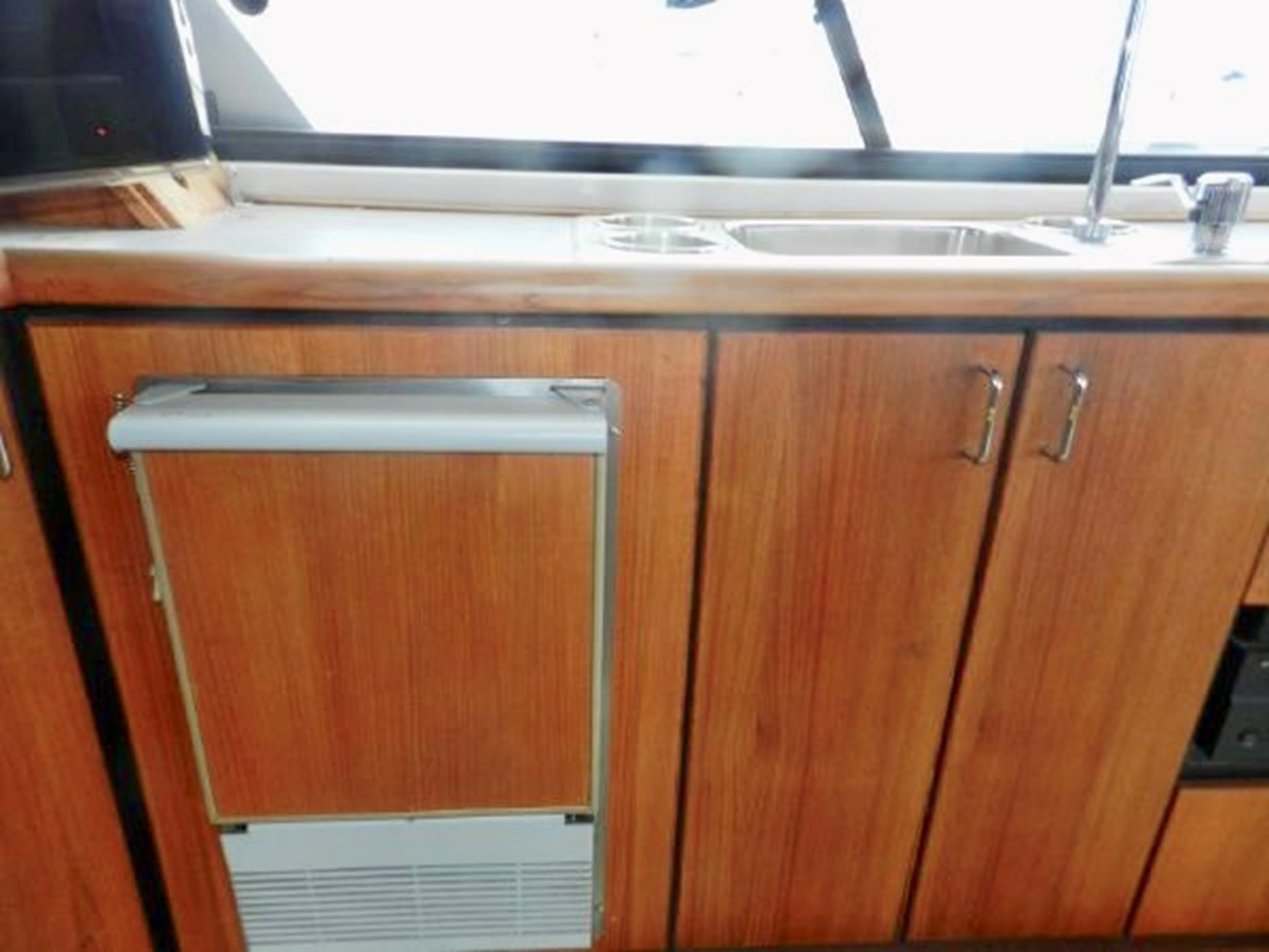 Wetbar w/ sink and ice maker 1991 BAYLINER 4588 Pilothouse MY Motor Yacht 2924577