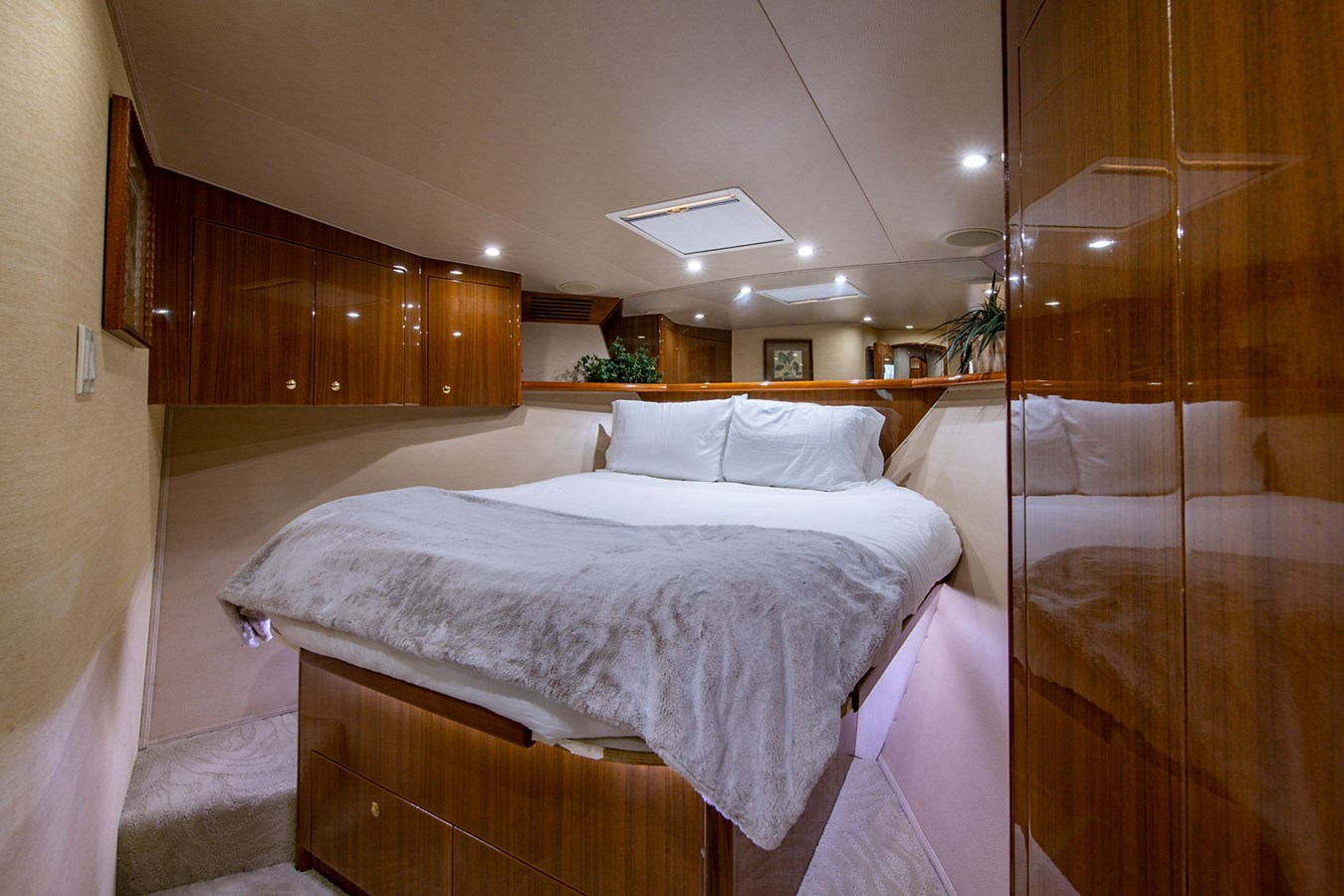 Two Weeks Notice_Forward Stateroom3 2006 VIKING  Sport Fisherman 2951232
