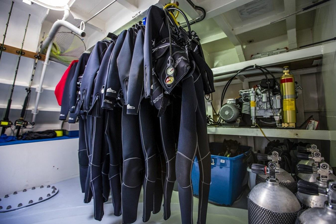 Dive Locker 1976 NARASAKI SHIPYARD, JAPAN  Expedition 2756026
