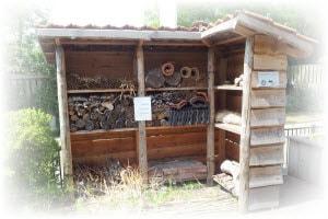 bijenhotel bouwen kast in de tuin