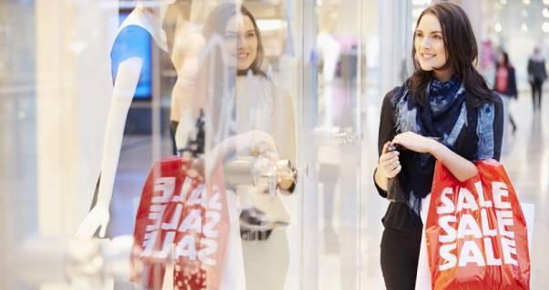 Mulher fazendo compras com sacola escrito Sale