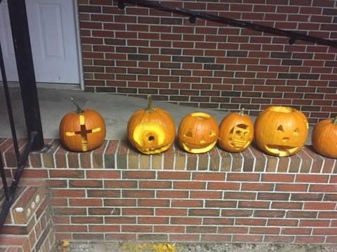 Pumpkin%20carving%2014804844_1549229828427541_1473443400_n-web