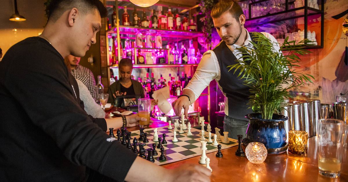 Bar in Toronto gives free drinks if you beat their bartender in chess