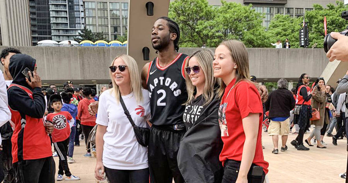 A fake Kawhi Leonard is signing autographs at the Toronto Raptors parade