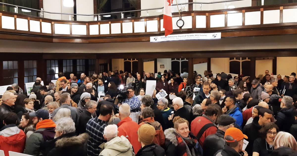 トロントの新しいオンタリオ線の地下鉄に関する公開会議で住民は疑問を呈している