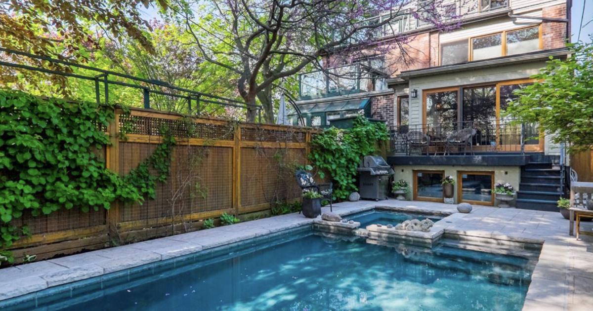 トロントのこのAirbnbにはプールとホットタブが付いています