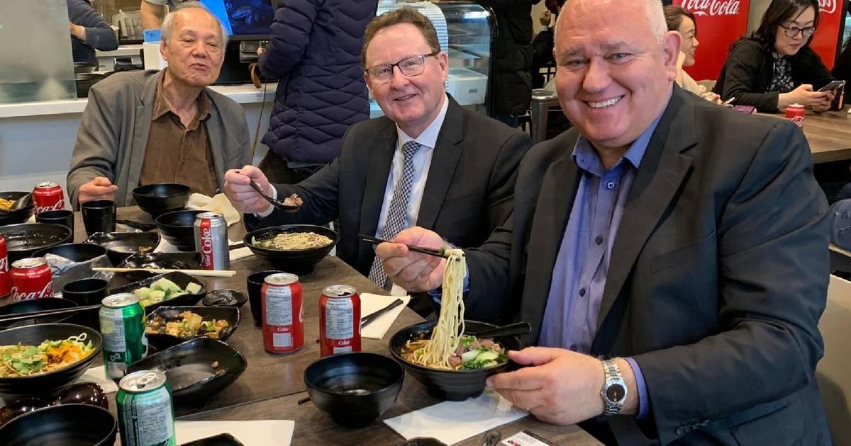 ダイナーは、マーカムレストランがコロナウイルスで攻撃された後、1950年に武漢麺を詰める