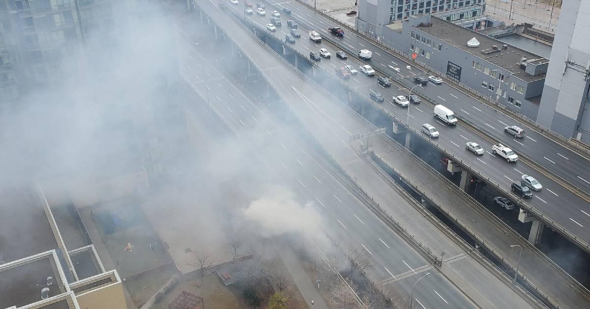 ガードナーの下の別の火災は、濃い煙でトロントのダウンタウンを覆います
