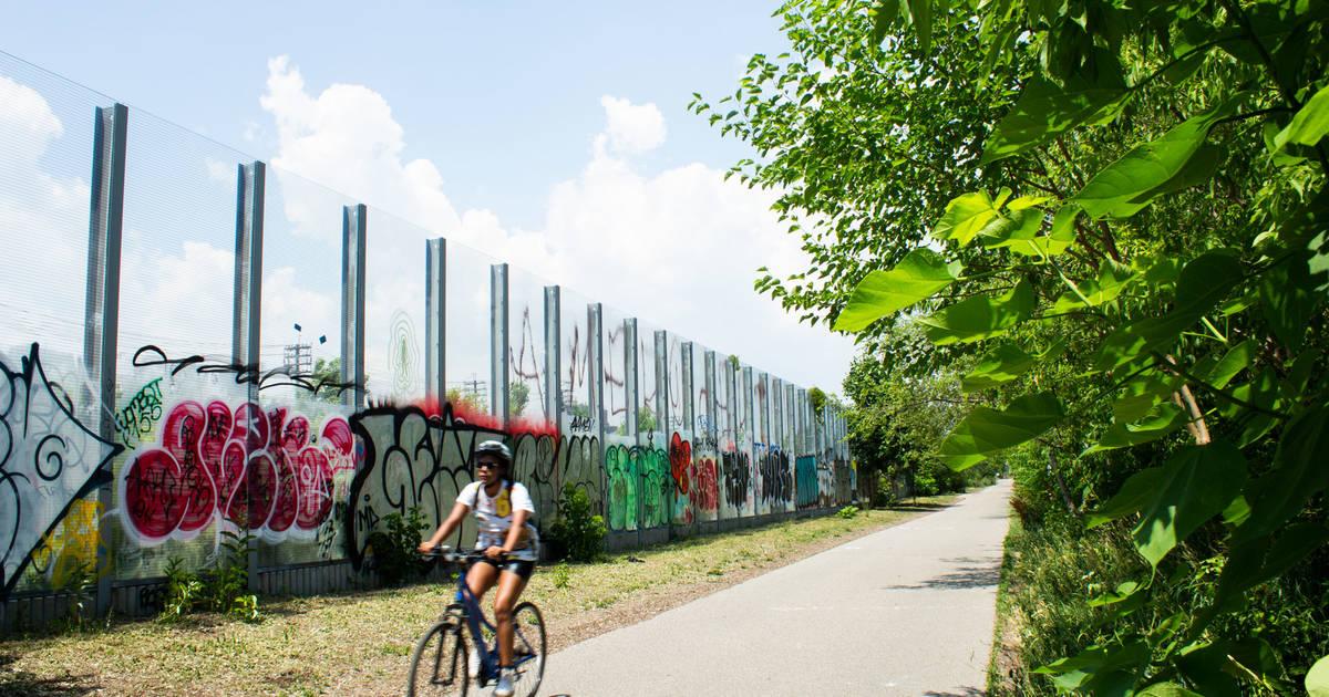 ウエストトロントの鉄道パスは、線路の隣にある都市の隠された都市の歩道です。