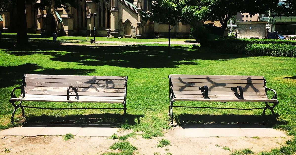 モントリオールはホームレスを非難するベンチを撤去しているので、トロントは次に来るのでしょうか?