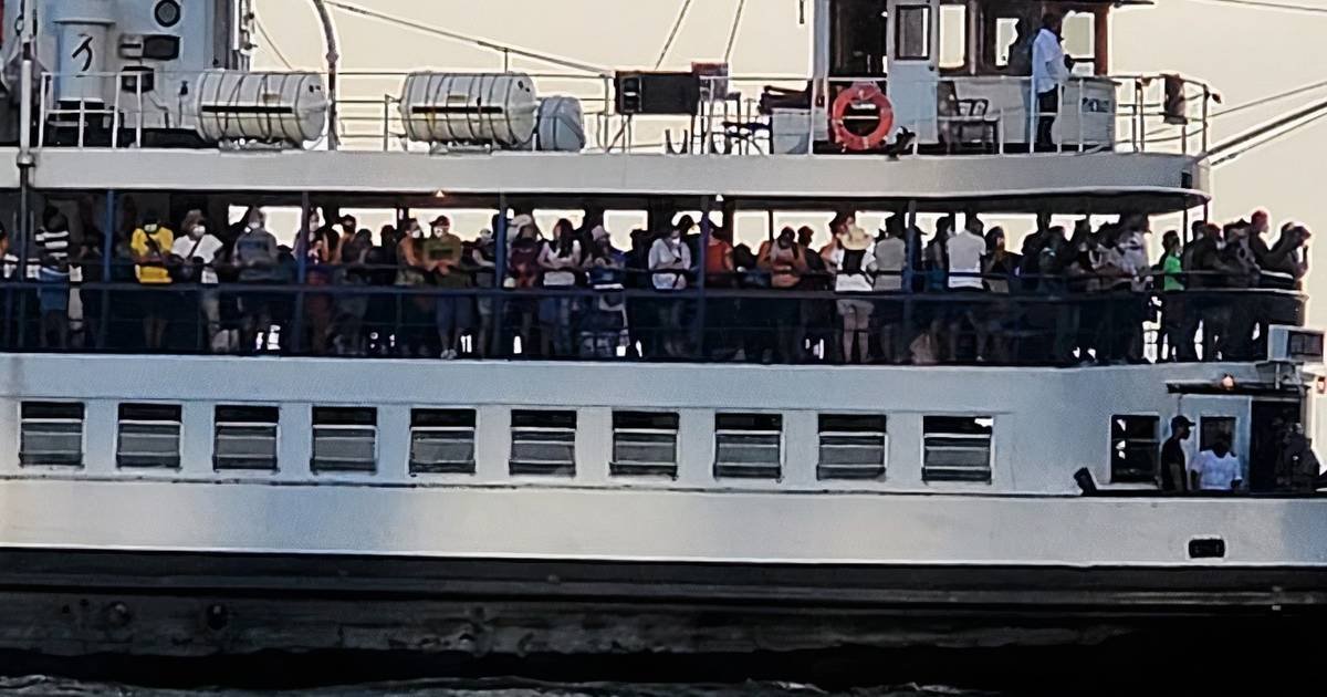 Photos and videos show ferries to Toronto Islands overcrowded with people