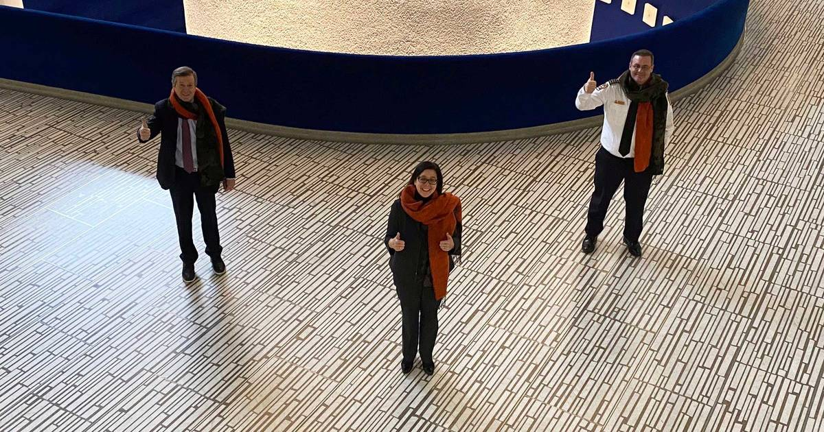 セルバイバカはトロント市に彼の巨大なスカーフのいくつかを寄付しました