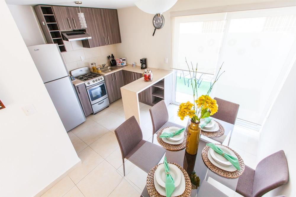 Funcional comedor y cocina de casa modelo JAver B en Residenza privadas en Coacalco.