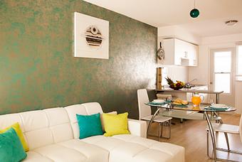 Amplia sala de casa modelo Esmeralda con excelente iluminación.