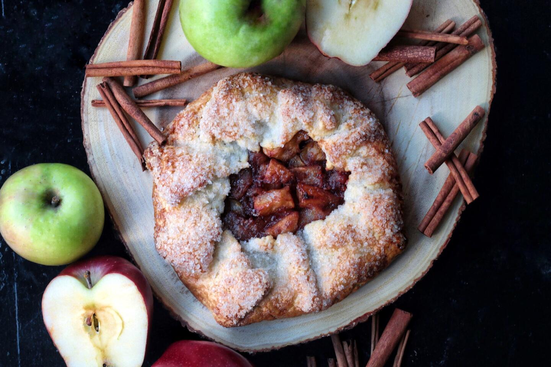 apple crostata with apples and cinnamon sticks