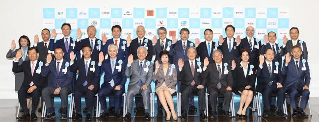 禁煙推進企業コンソーシアムへの参加企業・法人の代表者と小池都知事の集合写真