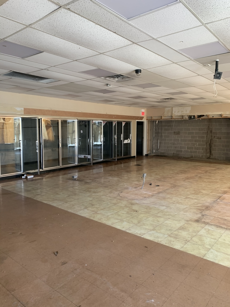 FREESTANDING COMMERCIAL BUILDING WITH PARKING LOT FOR LEASE