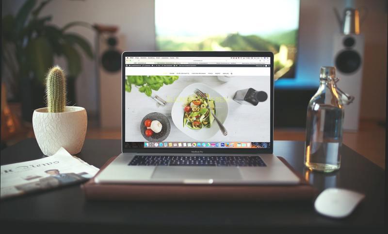 Online_magazine_-_photo_of_laptop