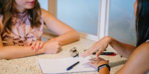 Cómo negociar un aumento de sueldo o ascenso en tu próximo trabajo, según estos expertos