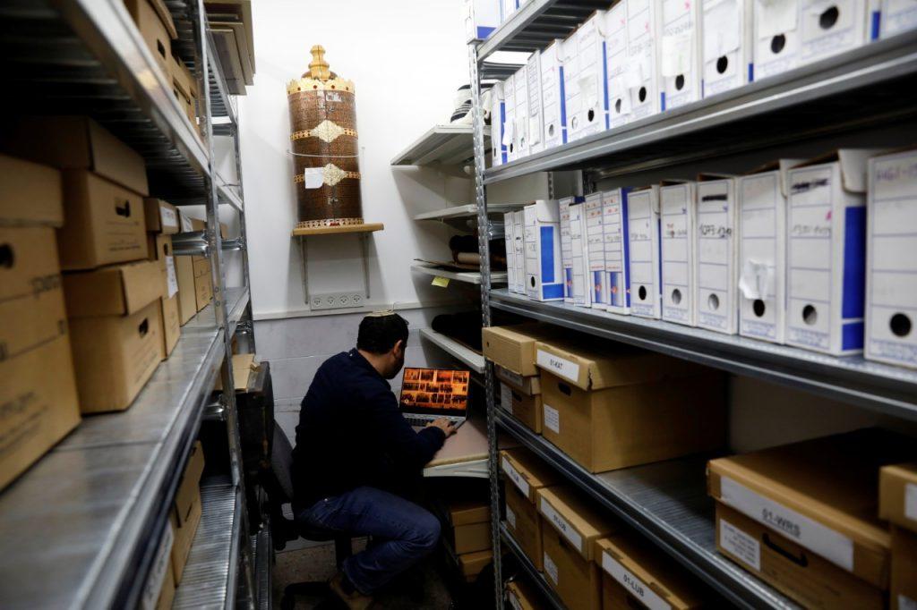Un trabajador del Centro Conmemorativo del Holocausto