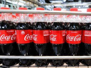 Coca-Cola no prohibirá sus botellas de plástico porque sus clientes aún quieren usarlas