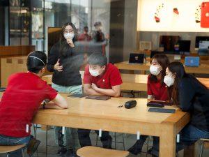 Apple está realizando una limpieza profunda de sus tiendas en China y restringiendo los viajes de empleados para protegerse contra el coronavirus
