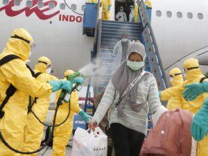 Indonesia rocía a pasajeros de un vuelo desde Wuhan con una sustancia en medio del miedo al coronavirus