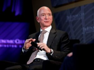 Bernie Sanders y otros senadores le piden a Amazon frenar prácticas que ponen en riesgo la salud de sus trabajadores